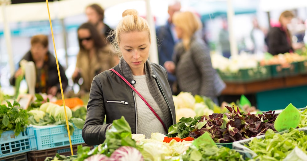Image of a woman shopping at a farmers market in the Tredyffrin Easttown school district.